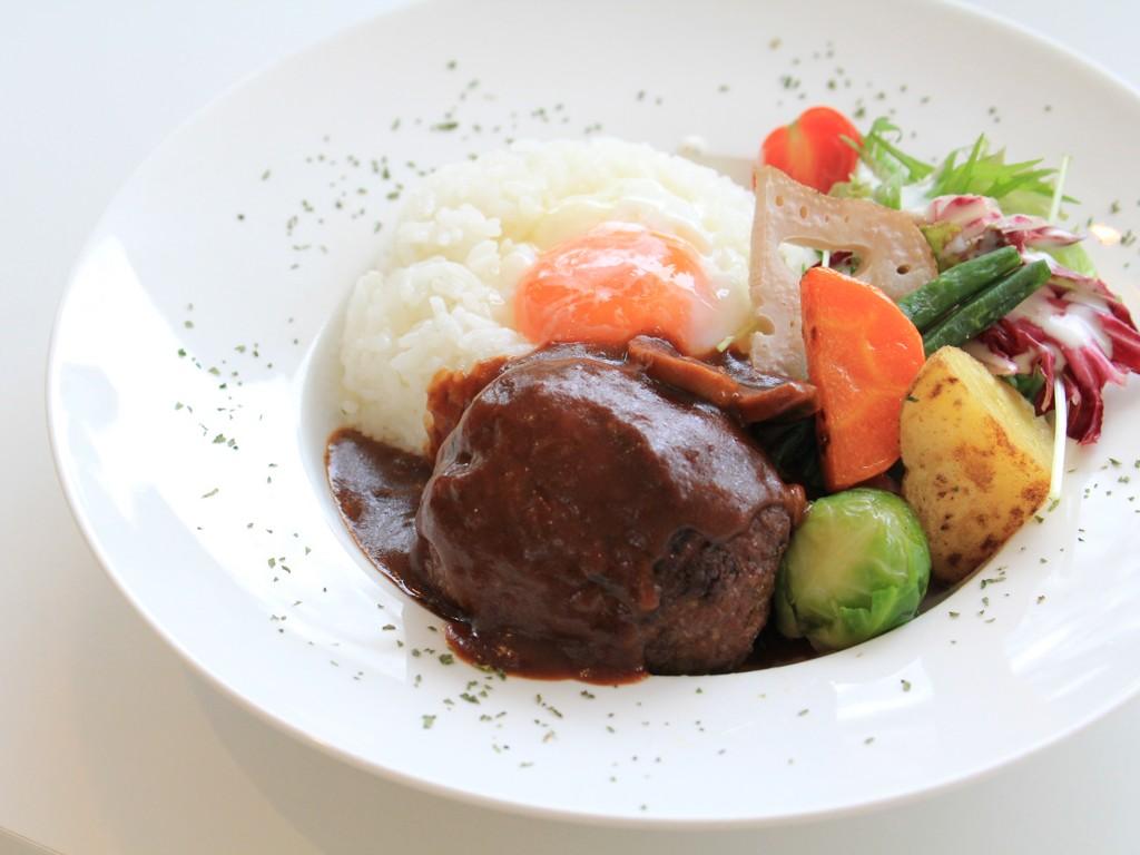 ハンバーグ・ライス・温泉卵・季節野菜を、一つのお皿に閉じ込めました! 1000 yen