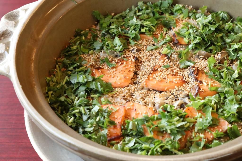 目の前で炊き上げた、名物の炊き込みご飯「秋鮭と木野子」