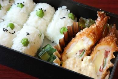 『十一口の厳選懐石弁当』の下段の一例。季節のお食事。