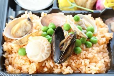 『ムール貝・アサリ貝・帆立貝のパエリア』/ライス料理の一例