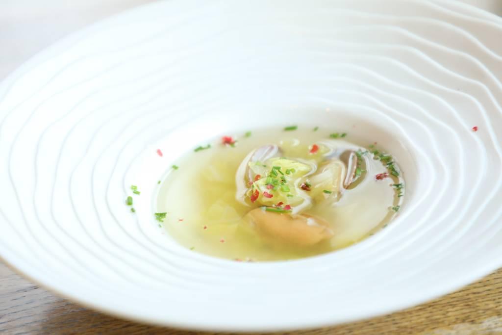 海の幸と白菜のコンソメスープ~シブレット、ピンクペッパー~