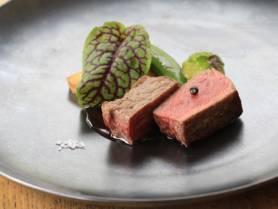 肉料理:牛ロースのソテー ~Vinrouge、春野菜~