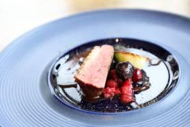 フランス産マグレ鴨のロティ~山葵vin rouge,蕾菜、4種のベリー~