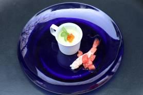 グリンピースのムース~赤海老のマリネ、イクラ、プチバジル~