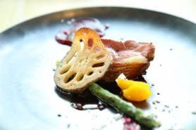 フランス産マグレ鴨のロティ~vin rouge、みかん、季節野菜~