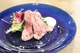 ブラックアンガス牛のローストビーフ  ~サラダ、洋梨のヴィネグレット、岩塩~