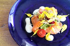 ノルウェーサーモンのカルパッチョ ~キノコマリネ、サラダ、菊~