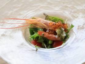前菜:赤海老と春野菜のサラダ仕立て~醤油ジュレ・バジルソース~パン