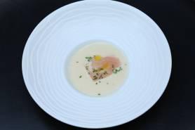 新玉葱のポタージュ~生ハム、シブレット、玉葱のオイル~