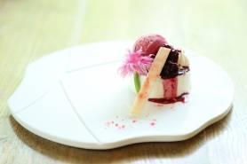 フロマージュブランのムース~カシスアイス、4種のベリー~