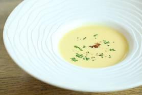 とうもろこしの冷製スープ~醤油のジュレ、シブレット、黒胡椒~