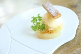 白桃のパイ仕立て~バニラアイス、白桃キャラメリゼ、黒胡椒~