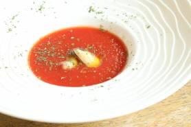 トマトの冷製スープ ~ディルオイル、ムール貝、パセリ~
