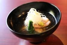 椀物:桐肉茄子と鴨の 葛たたき 白髪玉葱 水菜 山葵 七味 薄葛仕立て