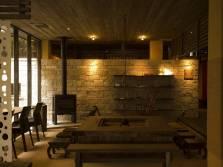 大人の空間を演出した囲炉裏や薪ストーブ等を完備した「談話室」で、語らいのひとときを...